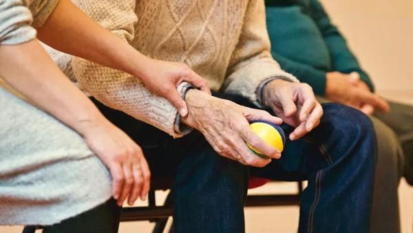 大于70岁的结肠癌术后III期患者应当以单药卡培他滨为首选方案,优于双药化疗